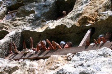 La falaise des tau-tau à Lemo. Pays Toraja, Sulawesi. Juillet 2007.