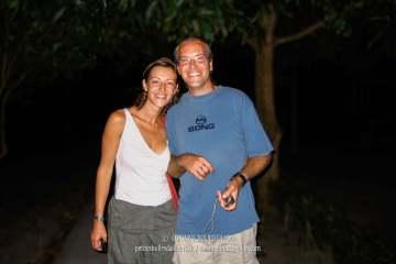 Maz et Alex effectuent un voyage humanitaire pour l'organisation Care.