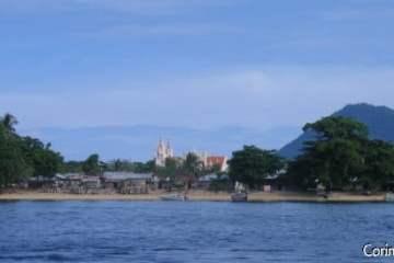 L'île de Bunaken vue du large. Ici l'église du bourg situé près de Pantai Pangalisang (plage de la côte est).