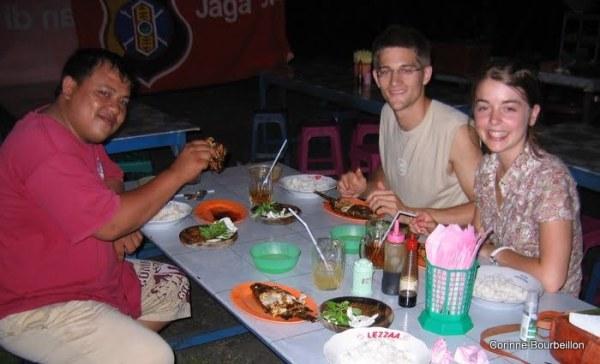 Bobby, Paul et Becky. Poisson grillé dans un boui-boui de Tarakan (Bornéo, Indonésie, juillet 2009).