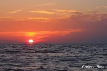 Coucher de soleil sur la mer de Célèbes, au large de Bornéo (juillet 2009, Indonésie).