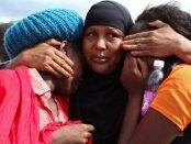 Mahasiswa di Universitas Garissa saling menopang dan menghibur. (Foto: bbc.com)