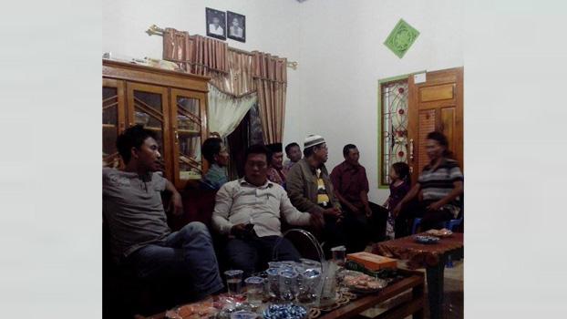 Pendeta Eko Nugroho tengah mendampingi pertemuan di rumah Kepala Desa Kemuning Jaya, Belitang. (Foto: gksbs.org)