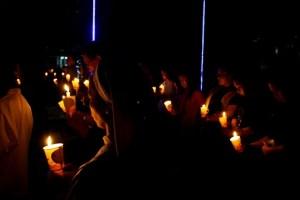 Umat bersama pimpinan agama menaikkan doa bersama