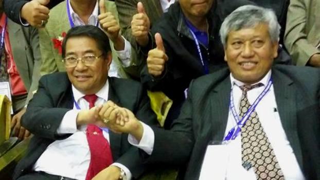 Pdt. Dr. Darwin Lumbantobing (kanan) berjabat tangan dengan Pdt Willem T Simarmata (kiri) usai pemilihan
