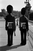 GB. London. Guardsmen outside Buckingham Palace. 1959.