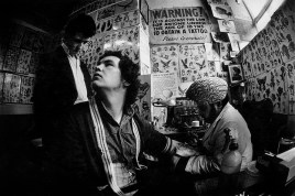 GB. ENGLAND. Indian tattooist at work in Middlesbrough. 1976.