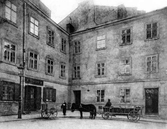 Вигляд на будівлю від нин.пл. Катедральної. Фото до 1914 року