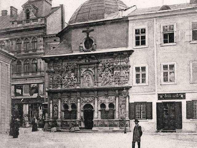 Вигляд на каплицю Боїмів, праворуч - фрагмент Капітульної кам'яниці. Фото 1910 року