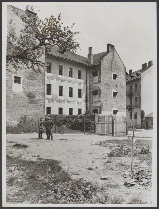 Зовнішній двір тюрми на Лонцького