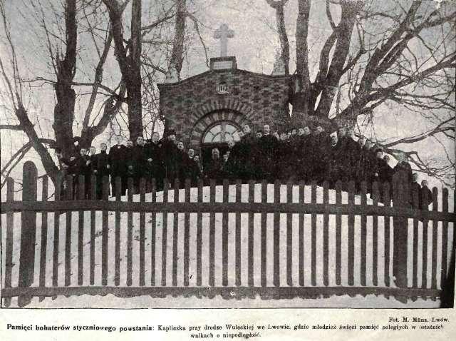 Львівська молодь біля каплиці вшануває чергову річницю повстання. Фото 1905 року