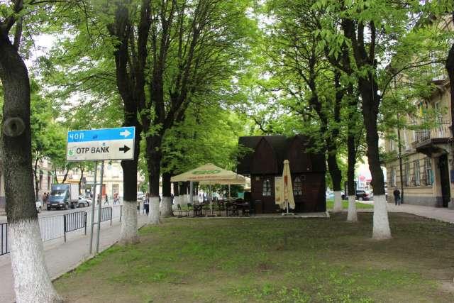 Сквер на розі вулиць Князя Романа та Герцена, влаштований на місці давнього храму Богоявлення. Фото 2015 року