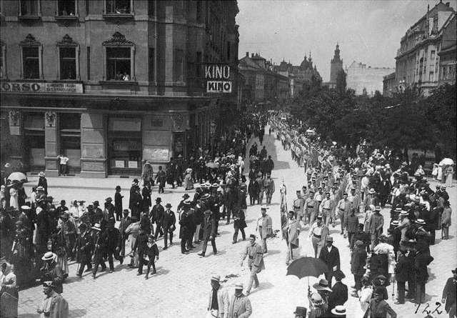 Урочиста хода учасників Шевченківського здвигу вулицею Академічною (нині пр-т Шевченка). Фото 1914 року
