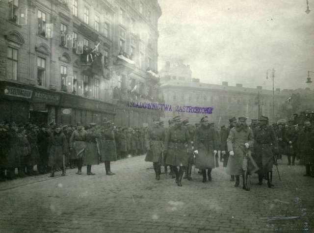 """Урочистості з відзначення Львова Хрестом """"Віртуті Мілітарі"""" біля монументу Міцкевича. Фото листопада 1920 року"""