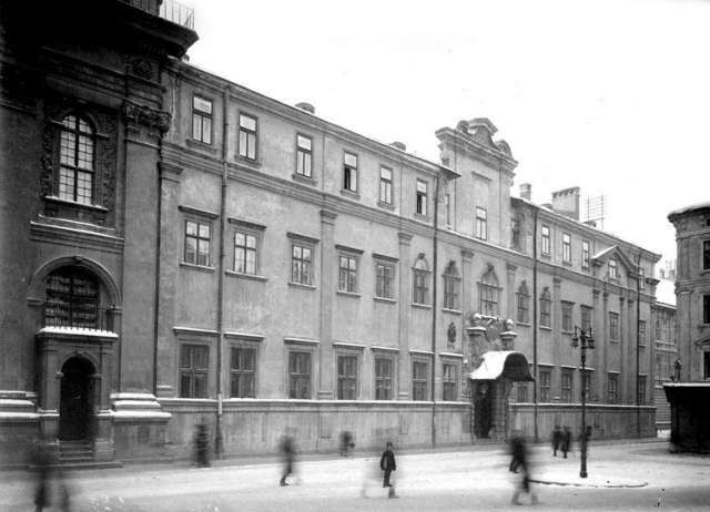 Давній Єзуїтській колегіум, де 1773 року розпочав роботу Collegium medicum. Фото початку XX сторіччя