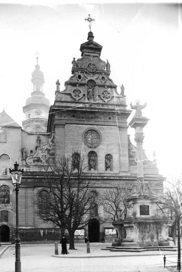 Бернардинський костел та колона зі святим Йоаном з Дуклі.