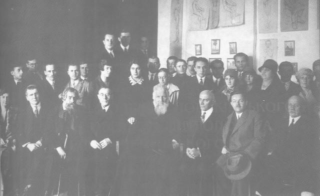 Митрополит Андрей Шептицький разом з викладачами й учнями Мистецької школи Олекси Новаківського