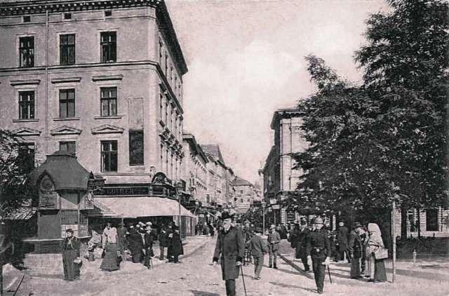 Кіоск за проектом бюро Соколовського на площі Галицькій. Фото до 1914 року