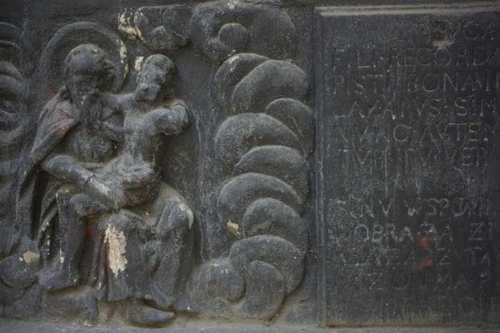 Одна з середньовічних плит декору при вході на територію комплексу. Фото 2015 року