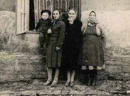 Львів, Підзамче. В подвір'ї будинку №12-14, вул. Діаманда, фото 1957 року