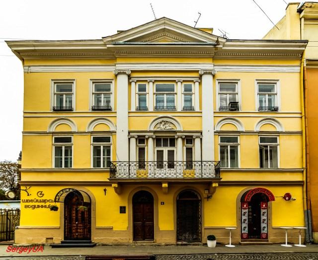 Будинок №4 на вулиці Краківській. Над балконом - зображення Амура і Психеї