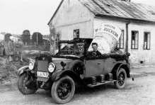 Авто, що рекламує консерви «Рукера» у Львові. Фото 1921-1939 рр.