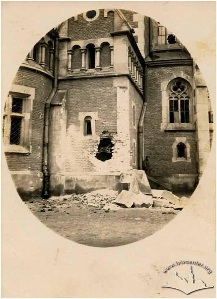 Частина зруйнованого храму св. Ельжбєти у Львові після Другої світової війни: вщент вибита стіна, відсутність скла у вікнах, занедбаність території…