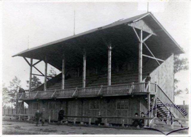 Трибуна на стадіоні «Сокола-батька» у 1920-ті роки.