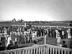 Другий львівський іподром в поруч із Стрийським парком. Вдалині помітно Водонапірну вежу. Фото 1897 року.