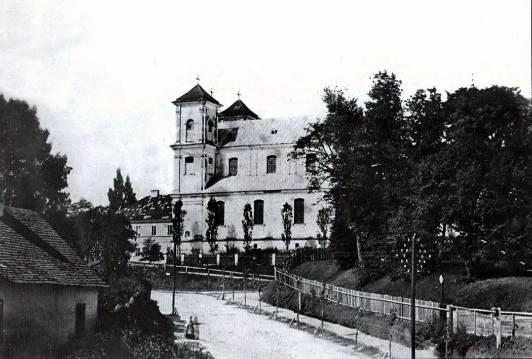 Одна із найдавніших світлин костелу Марії Магдалини, здійснена ще до його перебудови Ю. Захаревичем. Про це свідчить відсутність барокових шпилів на обох вежах храму. Фото 1860-1870 рр.