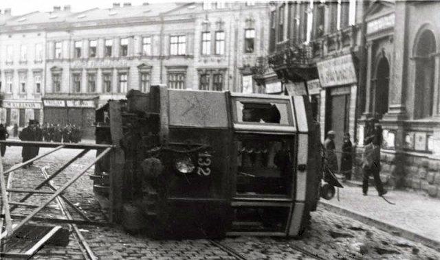 Перекинутий трамвай на площі Марійській (пл. Міцкевича). Фото 16-17 квітня 1936 року
