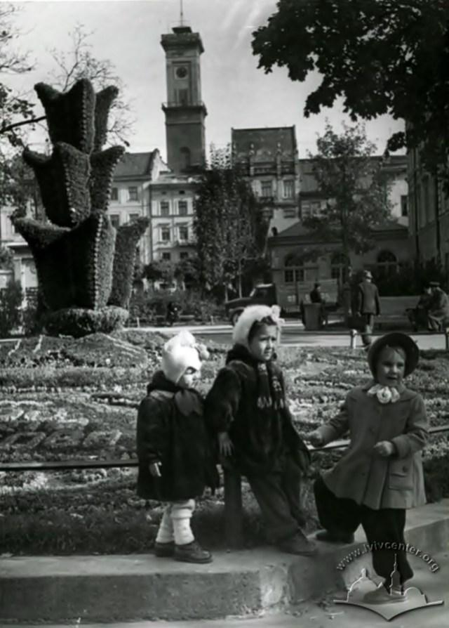 Зелена інсталяція з нагоди 700-ліття Львова. Вулиця 1 травня (пр. Свободи). Фото 1956 року