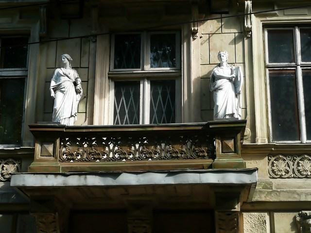 Скульптури на будинку по вул. Крушельницької, 23