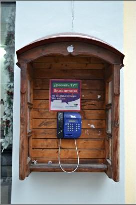 Таксофон на вулиці Т. Шевченка в старій дерев'яній будці. Фото Тетяна Жернова 2016 рік