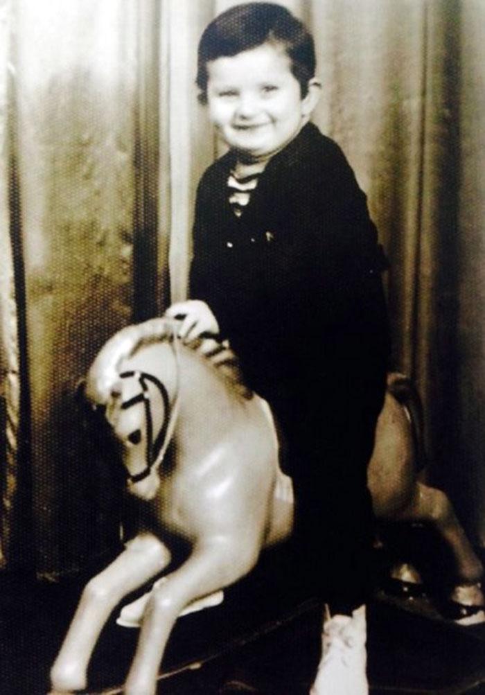Андрієві на цій фотографії 3 роки. Зроблена також в фотосалоні в Новому Роздолі. «З цього коня він ще дуже не хотів злазити, плакав» - пригадує мама – «Ми пояснювали йому, що мають прийти інші діти фотографуватися, але дуже боляче йому було розлучитися з цією іграшкою».