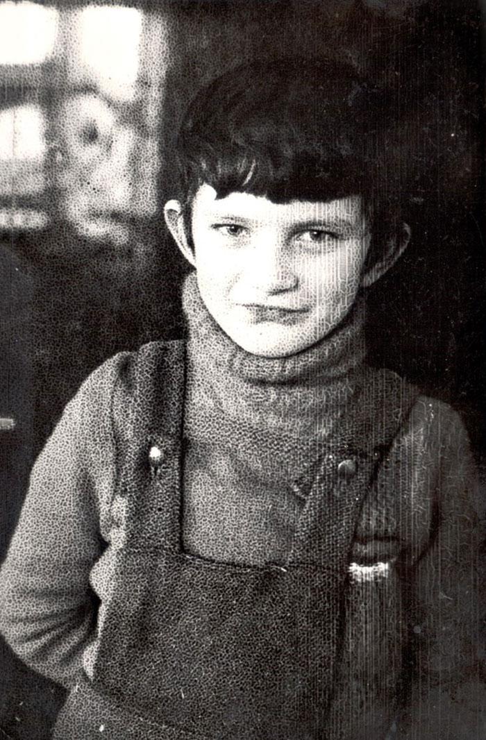 Кузьма на канікулах в тому ж селі Сіде приблизно в 2-му класі. Дід Іван під час канікул проводив йому так звану чоловічу школу, давав малому бавитися справжнім кермом, що дуже йому подобалось.