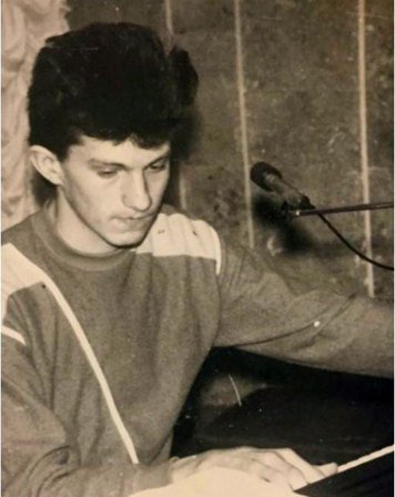 Фотографії вочевидь перших музичних кроків Андрія Кузьменка