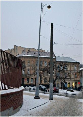 Ліхтарі з гербом міста, встановлені близько 1908 року , для яких застосовували вугільні стержні, вул. Івана Франка. Фото Тетяна Жернова 2016 рік