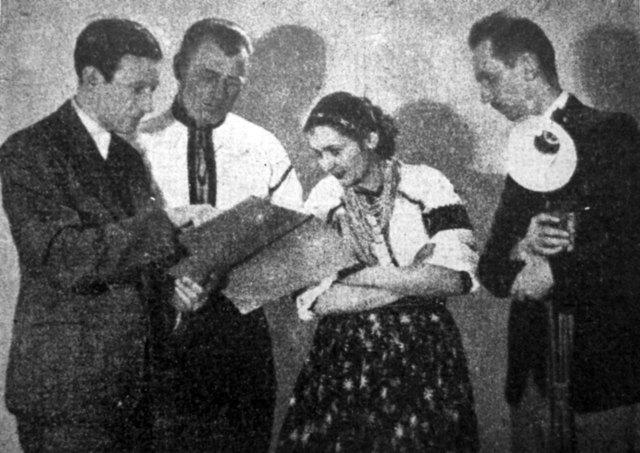 В. Софронів-Левицький дає вказівки артистам, справа режисер Ю. Дорош