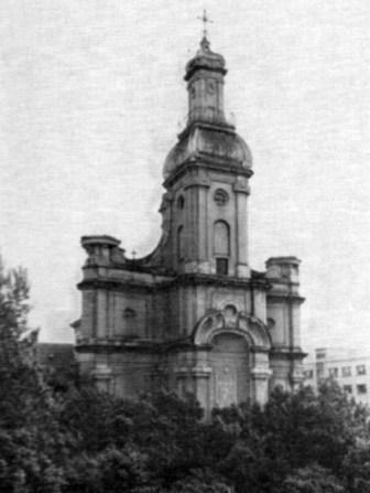 Вигляд костелу монастиря Сакраменток на поч. XX ст. Помітно відсутність балкону та головного входу до костелу. Фото поч. XX ст.