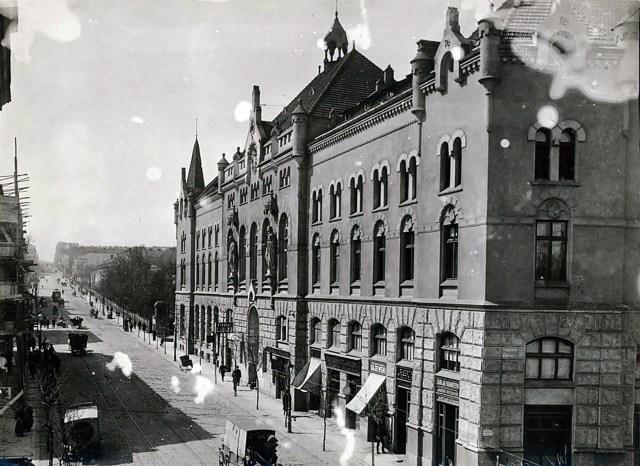 Звукововий кінотеатр «Świt» («Світанок») на 469 місць. Під назвою «Світанок» проіснував до 1944 р. Його власником був Союз католицьких товариств та доброчинних закладів