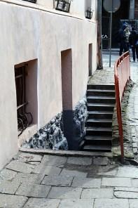 Непримітні сходи до арт-кафе «Білий кінь»