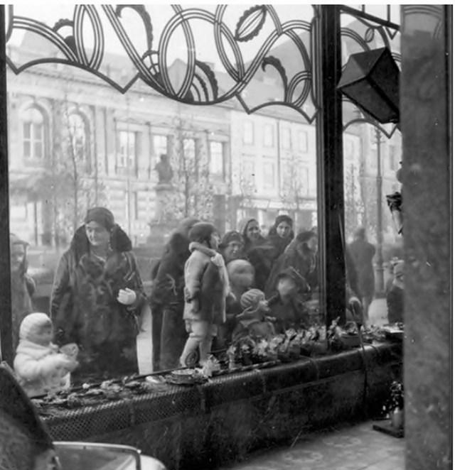 Кондитерська Залевського на Академічній. Фото зроблене із внутрішнього боку вітрини