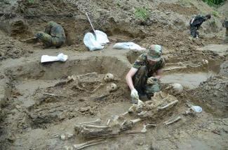 Ексгумація останків на таємному цвинтарі НКВС на топольній