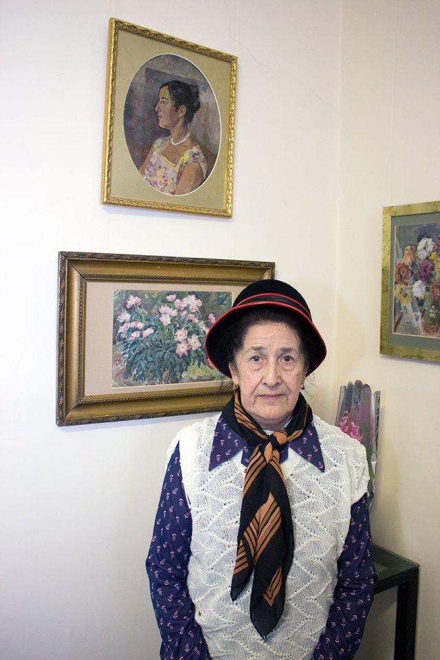 Софія Михальчук-Стефаник поряд зі своїм портретом роботи Ольги Плешкан