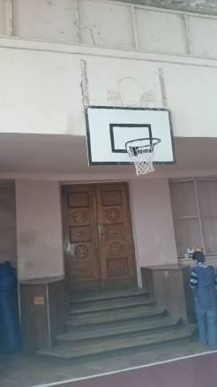 Оригінальні двері, що збереглись від каплички в сучасному спортзалі 28 школи