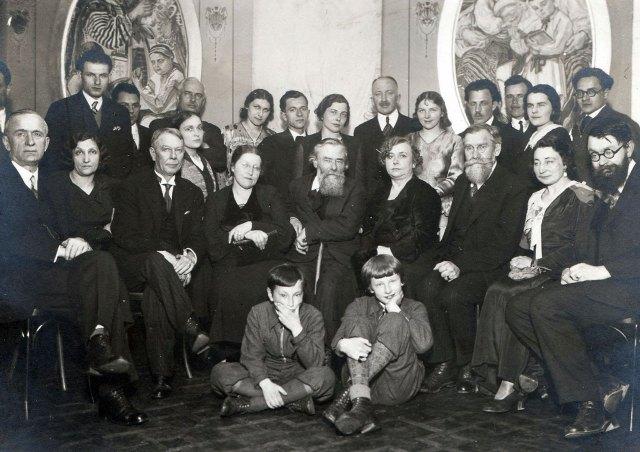 Іван Голубовський (стоїть на задньому плані) з гостями на іменинах Олекси Новаківського, 1930-ті рр.