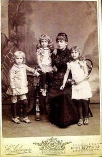 Рудольф Вайґль (сидить) із матір'ю, сестрою (справа) та братом (зліва). Початок 1890-х