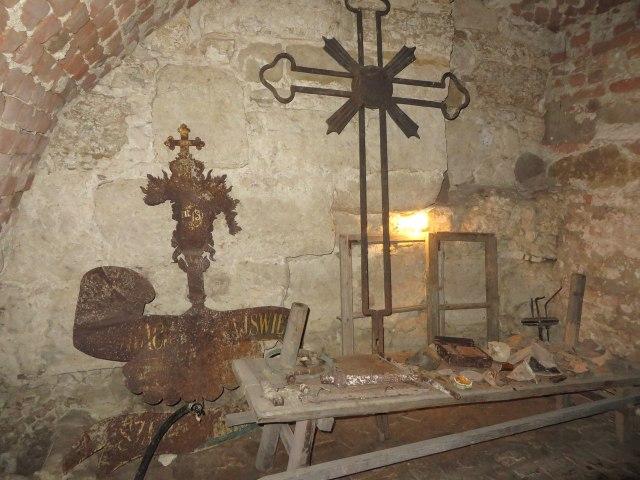Давні хрест та флюгер, що височіли колись на костелі єзуїтів