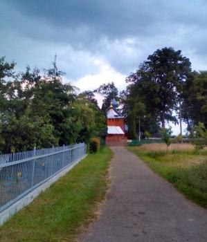 Дорога до церкви св. Архистратига Михаїла, де був священником Андрій Бандера. Фото: Патер Анастасії